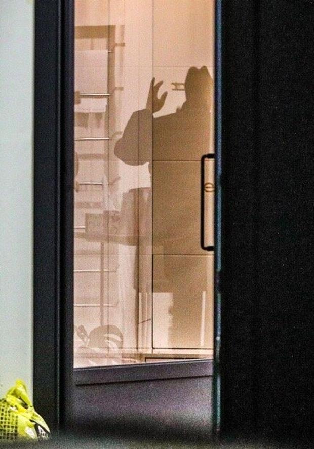Hình ảnh mới nhất tại nhà riêng của Goo Hara: Cảnh sát vào bên trong khám nghiệm tử thi, triệu tập thêm người có liên quan - Ảnh 5.