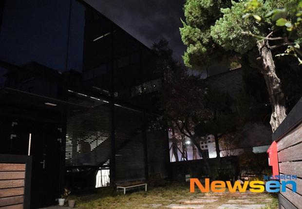 Hình ảnh mới nhất tại nhà riêng của Goo Hara: Cảnh sát vào bên trong khám nghiệm tử thi, triệu tập thêm người có liên quan - Ảnh 6.