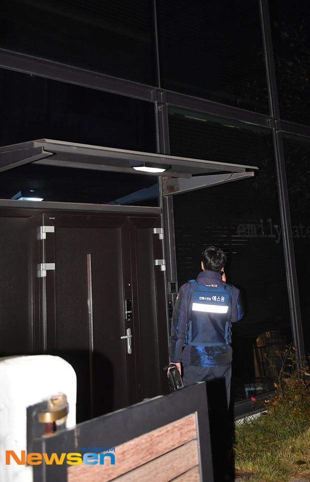 Hình ảnh mới nhất tại nhà riêng của Goo Hara: Cảnh sát vào bên trong khám nghiệm tử thi, triệu tập thêm người có liên quan - Ảnh 7.