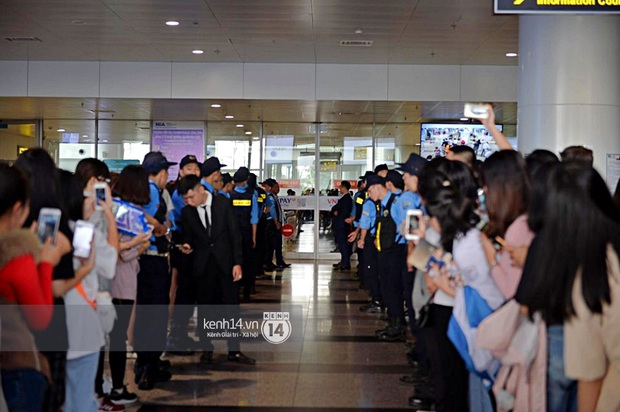 Dàn mỹ nhân LOONA xinh như búp bê, Zico kín mít, SNUPER thoáng mệt mỏi giữa biển fan bao vây sân bay Nội Bài - Ảnh 2.