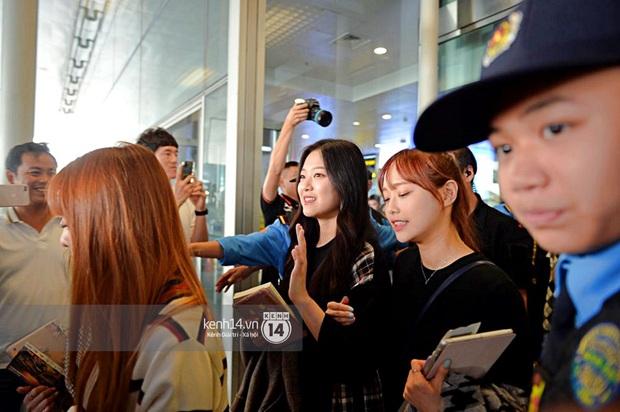 Dàn mỹ nhân LOONA xinh như búp bê, Zico kín mít, SNUPER thoáng mệt mỏi giữa biển fan bao vây sân bay Nội Bài - Ảnh 4.