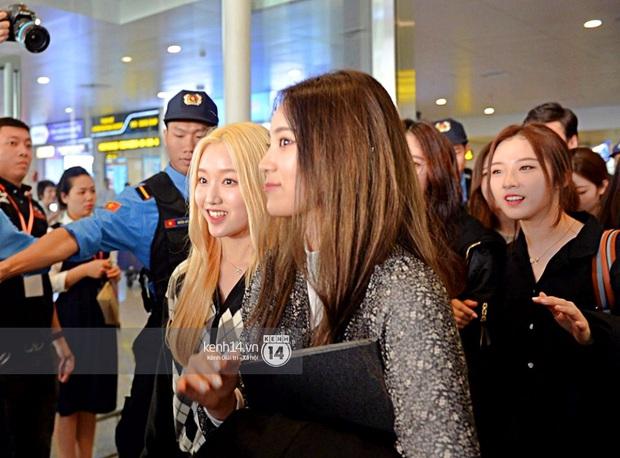 Dàn mỹ nhân LOONA xinh như búp bê, Zico kín mít, SNUPER thoáng mệt mỏi giữa biển fan bao vây sân bay Nội Bài - Ảnh 9.