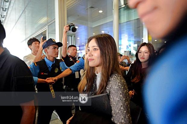 Dàn mỹ nhân LOONA xinh như búp bê, Zico kín mít, SNUPER thoáng mệt mỏi giữa biển fan bao vây sân bay Nội Bài - Ảnh 10.