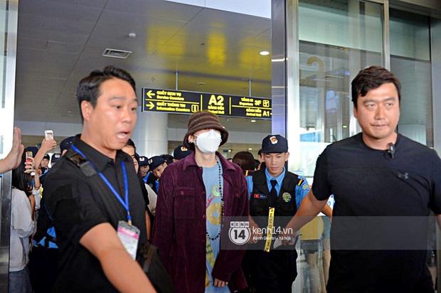 Dàn mỹ nhân LOONA xinh như búp bê, Zico kín mít, SNUPER thoáng mệt mỏi giữa biển fan bao vây sân bay Nội Bài - Ảnh 14.
