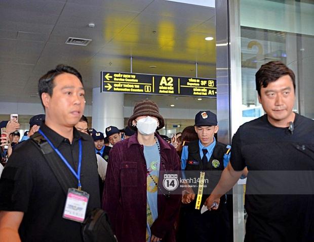 Dàn mỹ nhân LOONA xinh như búp bê, Zico kín mít, SNUPER thoáng mệt mỏi giữa biển fan bao vây sân bay Nội Bài - Ảnh 15.