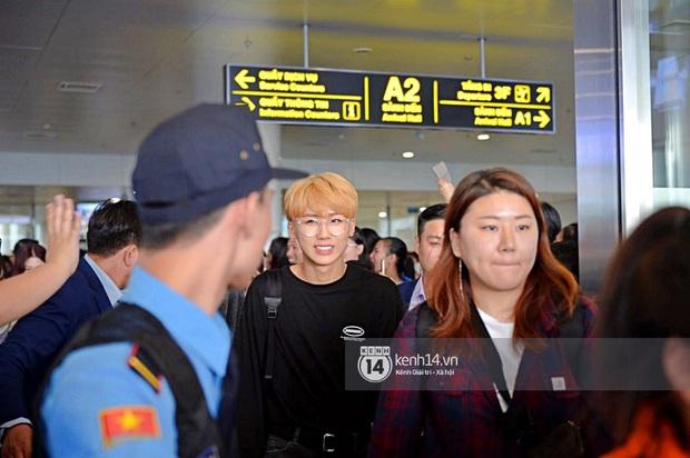 Dàn mỹ nhân LOONA xinh như búp bê, Zico kín mít, SNUPER thoáng mệt mỏi giữa biển fan bao vây sân bay Nội Bài - Ảnh 22.