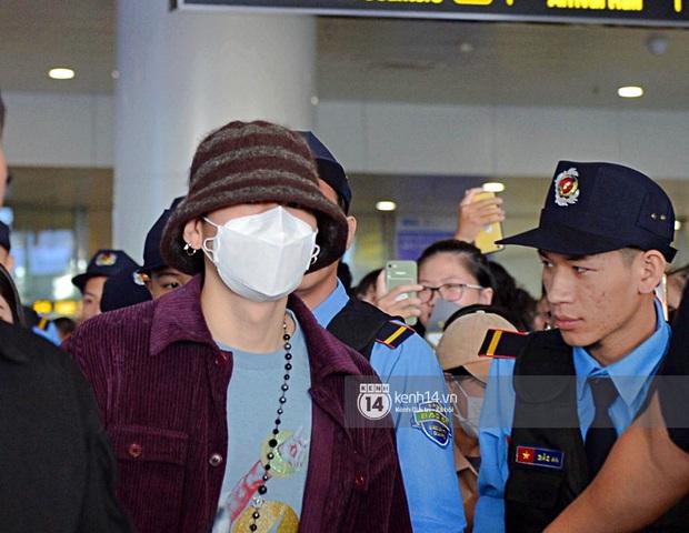 Dàn mỹ nhân LOONA xinh như búp bê, Zico kín mít, SNUPER thoáng mệt mỏi giữa biển fan bao vây sân bay Nội Bài - Ảnh 16.