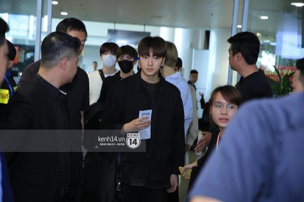 Dàn mỹ nhân LOONA xinh như búp bê, Zico kín mít, SNUPER thoáng mệt mỏi giữa biển fan bao vây sân bay Nội Bài - Ảnh 24.