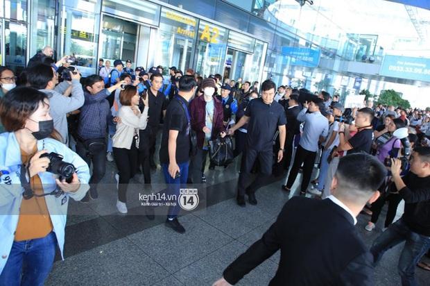 Dàn mỹ nhân LOONA xinh như búp bê, Zico kín mít, SNUPER thoáng mệt mỏi giữa biển fan bao vây sân bay Nội Bài - Ảnh 17.