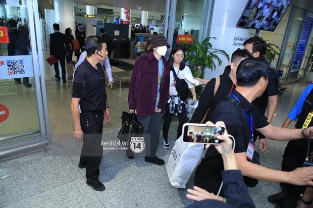 Dàn mỹ nhân LOONA xinh như búp bê, Zico kín mít, SNUPER thoáng mệt mỏi giữa biển fan bao vây sân bay Nội Bài - Ảnh 18.