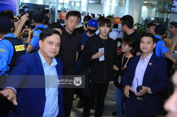 Dàn mỹ nhân LOONA xinh như búp bê, Zico kín mít, SNUPER thoáng mệt mỏi giữa biển fan bao vây sân bay Nội Bài - Ảnh 25.