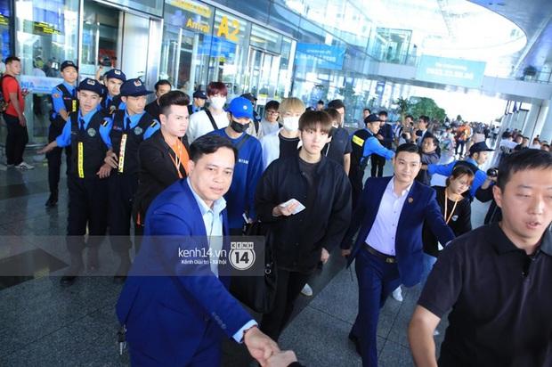 Dàn mỹ nhân LOONA xinh như búp bê, Zico kín mít, SNUPER thoáng mệt mỏi giữa biển fan bao vây sân bay Nội Bài - Ảnh 26.