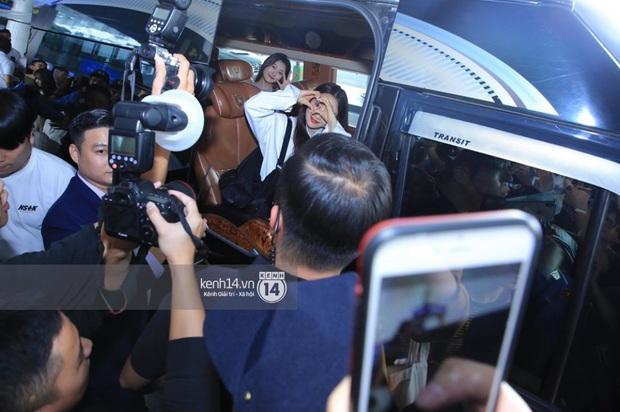 Dàn mỹ nhân LOONA xinh như búp bê, Zico kín mít, SNUPER thoáng mệt mỏi giữa biển fan bao vây sân bay Nội Bài - Ảnh 13.