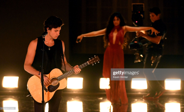 Camila Cabello và Shawn Mendes lại thân mật đến mức gượng ép khi diễn Senorita tại AMAs 2019, diễn y chang dejavu sân khấu tại VMAs - Ảnh 5.