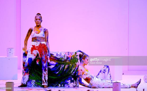 Những sân khấu đáng chú ý của AMAs 2019: Taylor Swift quyền lực, Selena Gomez mờ nhạt, Lizzo lăn ra... khóc trên sân khấu! - Ảnh 24.