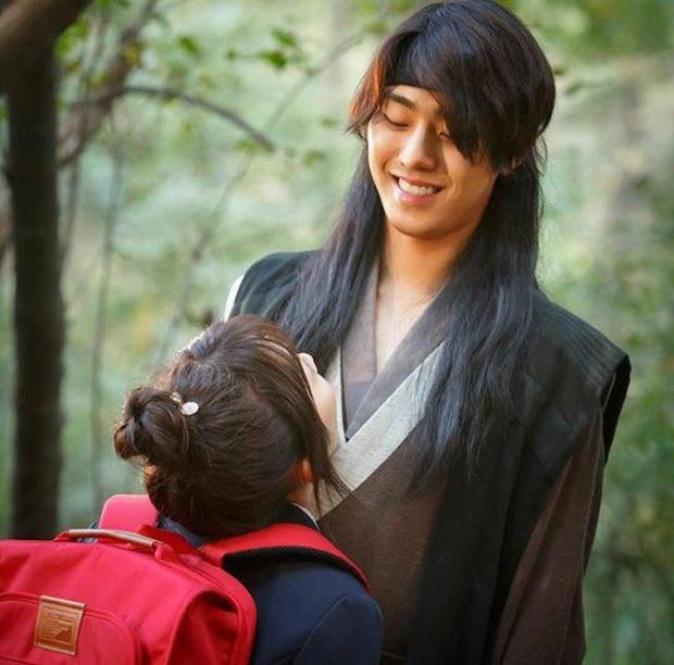 Khoảnh khắc đẹp mê của mĩ nam AAA ăn bún bò Ahn Hyo Seop: Cười lên cưng xỉu, cởi áo khiến chị em mất máu - Ảnh 7.