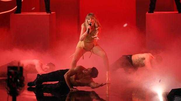 Taylor Swift diễn medley loạt hit lớn trong sự nghiệp, mở đầu bằng The Man, tiện thể rủ Camila và Halsey lập girlgroup dằn mặt Scooter Braun? - Ảnh 9.