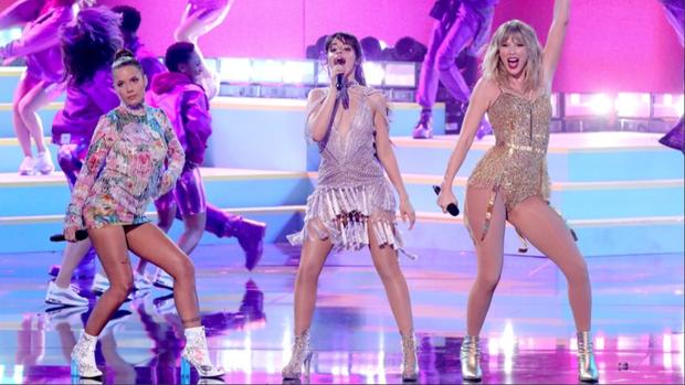 Những sân khấu đáng chú ý của AMAs 2019: Taylor Swift quyền lực, Selena Gomez mờ nhạt, Lizzo lăn ra... khóc trên sân khấu! - Ảnh 15.