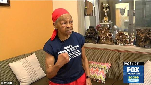 Đột nhập nhầm nhà của lực sĩ cử tạ 82 tuổi, người đàn ông bị cụ bà đánh cho xây xẩm mặt mày - Ảnh 1.
