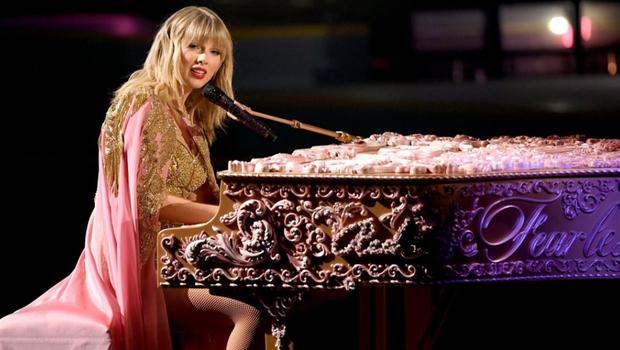 Những sân khấu đáng chú ý của AMAs 2019: Taylor Swift quyền lực, Selena Gomez mờ nhạt, Lizzo lăn ra... khóc trên sân khấu! - Ảnh 18.