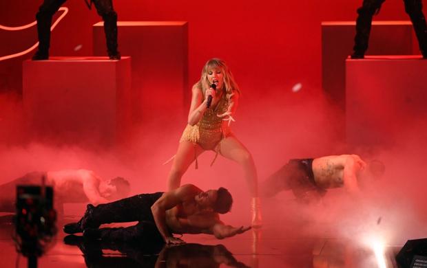 Những sân khấu đáng chú ý của AMAs 2019: Taylor Swift quyền lực, Selena Gomez mờ nhạt, Lizzo lăn ra... khóc trên sân khấu! - Ảnh 16.
