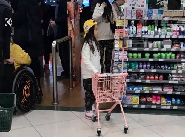 Lý Tiểu Lộ bị bắt gặp đưa con gái đi siêu thị, vẫn ngang nhiên diện giày đôi với PGone khiến dân tình nóng mắt - Ảnh 2.