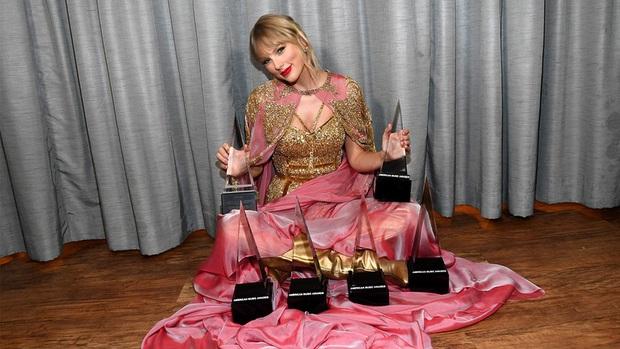 Từ chiếc áo cho đến cây đàn piano khắc chữ tinh xảo, Taylor Swift đều gửi gắm thông điệp kêu gào cho số phận 6 album cũ tại AMAs 2019? - Ảnh 1.