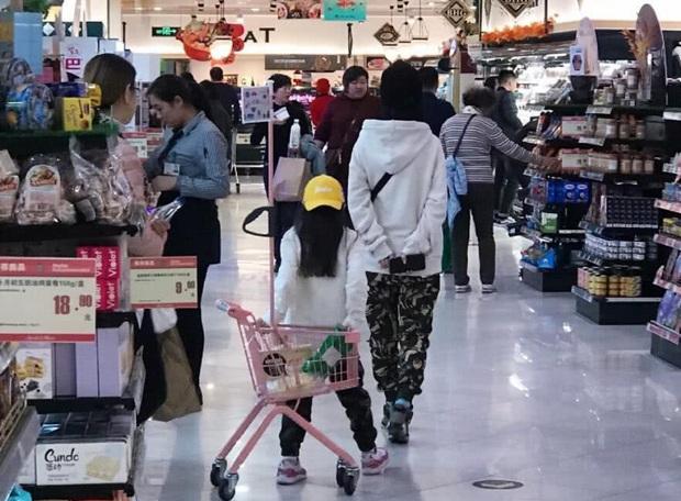 Lý Tiểu Lộ bị bắt gặp đưa con gái đi siêu thị, vẫn ngang nhiên diện giày đôi với PGone khiến dân tình nóng mắt - Ảnh 1.