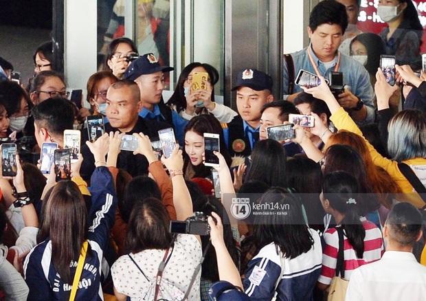 Quân đoàn sao dự AAA đổ bộ Nội Bài sáng nay: Yoona và Jang Dong Gun đẳng cấp, em trai BTS, GOT7 kẹt cứng giữa biển fan - Ảnh 36.