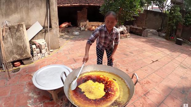 Lại thất bại trong màn làm đồ ăn siêu to khổng lồ, bà Tân nhanh chóng chữa cháy để cứu chiếc bánh khoai - Ảnh 1.