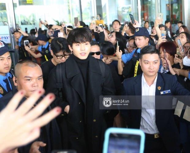 Quân đoàn sao dự AAA đổ bộ Nội Bài sáng nay: Yoona và Jang Dong Gun đẳng cấp, em trai BTS, GOT7 kẹt cứng giữa biển fan - Ảnh 35.