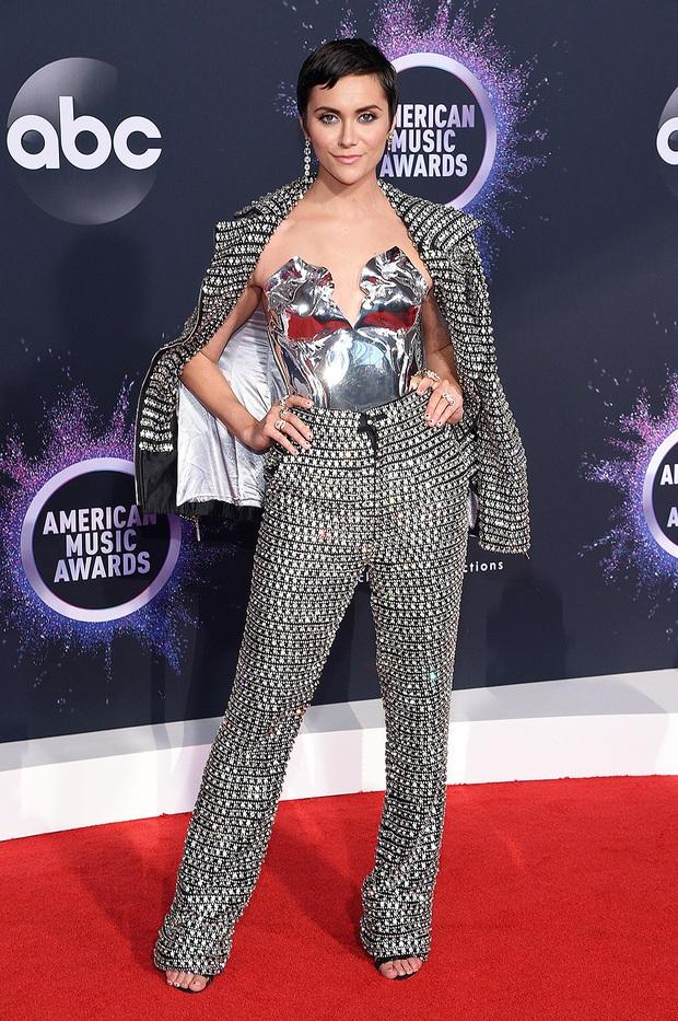 Dàn sao lên đồ xuất sắc nhất AMAs 2019: Selena Gomez chiếm spotlight nhưng bất ngờ nhất là màn chặt đẹp nhiều đàn chị của ngôi sao Netflix - Ảnh 15.