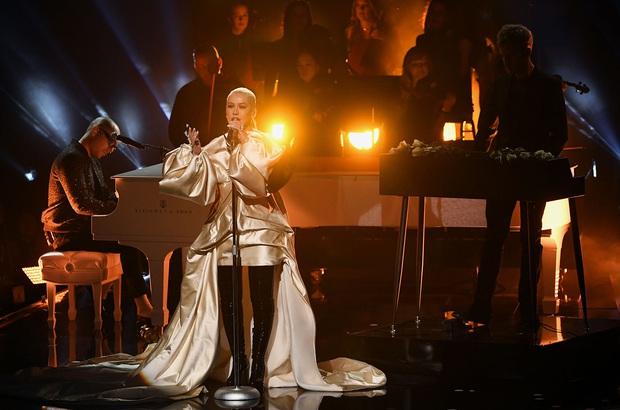 Những sân khấu đáng chú ý của AMAs 2019: Taylor Swift quyền lực, Selena Gomez mờ nhạt, Lizzo lăn ra... khóc trên sân khấu! - Ảnh 28.