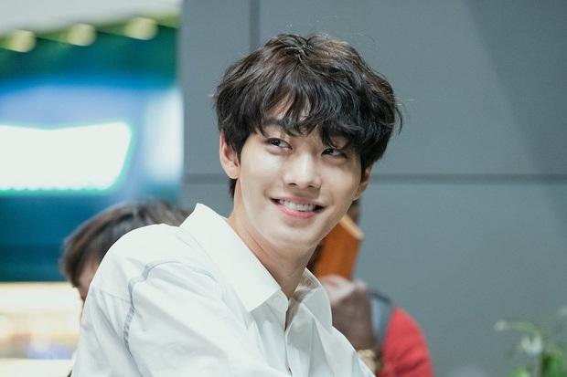 Khoảnh khắc đẹp mê của mĩ nam AAA ăn bún bò Ahn Hyo Seop: Cười lên cưng xỉu, cởi áo khiến chị em mất máu - Ảnh 4.