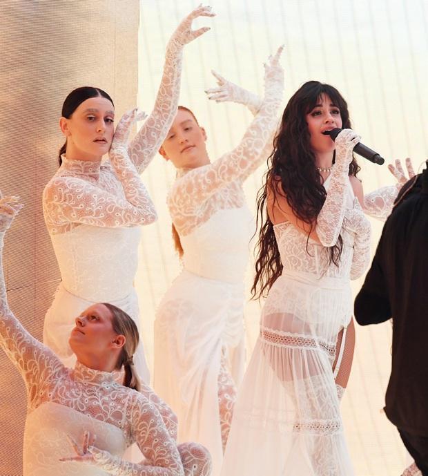 Những sân khấu đáng chú ý của AMAs 2019: Taylor Swift quyền lực, Selena Gomez mờ nhạt, Lizzo lăn ra... khóc trên sân khấu! - Ảnh 8.
