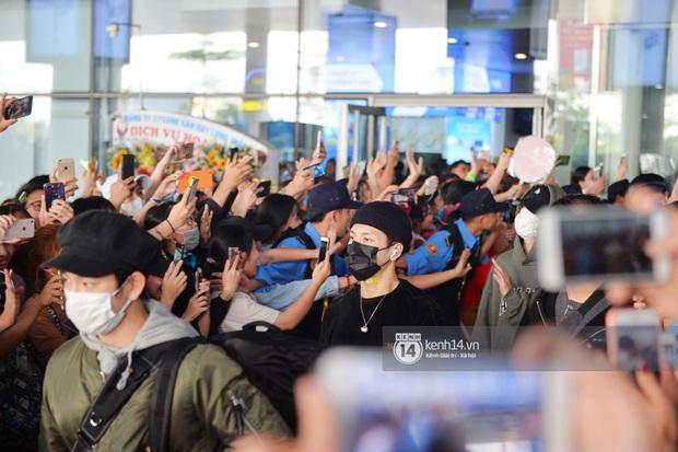 Quân đoàn sao dự AAA đổ bộ Nội Bài sáng nay: Yoona và Jang Dong Gun đẳng cấp, em trai BTS, GOT7 kẹt cứng giữa biển fan - Ảnh 9.