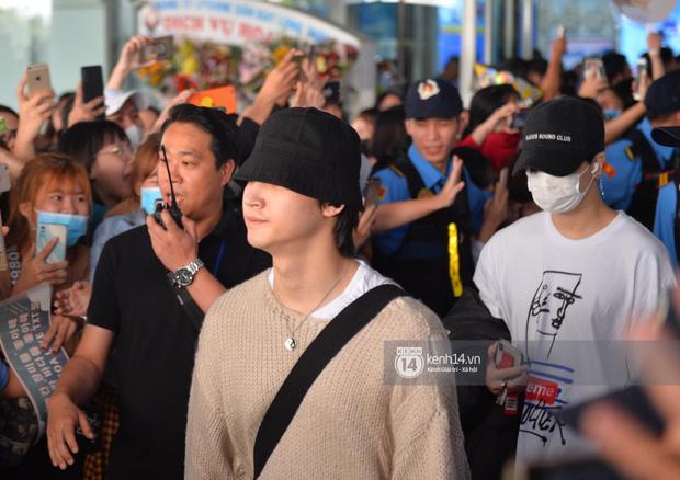 Quân đoàn sao dự AAA đổ bộ Nội Bài sáng nay: Yoona và Jang Dong Gun đẳng cấp, em trai BTS, GOT7 kẹt cứng giữa biển fan - Ảnh 8.