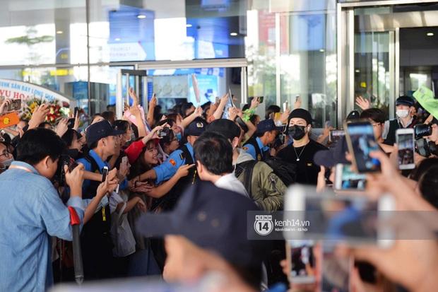 Quân đoàn sao dự AAA đổ bộ Nội Bài sáng nay: Yoona và Jang Dong Gun đẳng cấp, em trai BTS, GOT7 kẹt cứng giữa biển fan - Ảnh 7.