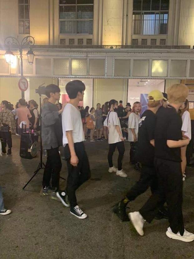 Vừa đến dàn sao Hàn đã thi nhau đi ăn vặt tại Hà Nội: Zico xếp hàng mua trà sữa, GOT7 và tài tử đình đám lượn siêu thị - Ảnh 11.