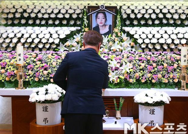 Công bố loạt ảnh tại lễ viếng của Goo Hara chiều nay: Fan khóc nức nở, nhìn di ảnh mà xót xa! - Ảnh 9.