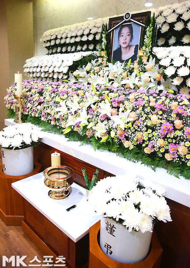 Công bố loạt ảnh tại lễ viếng của Goo Hara chiều nay: Fan khóc nức nở, nhìn di ảnh mà xót xa! - Ảnh 8.
