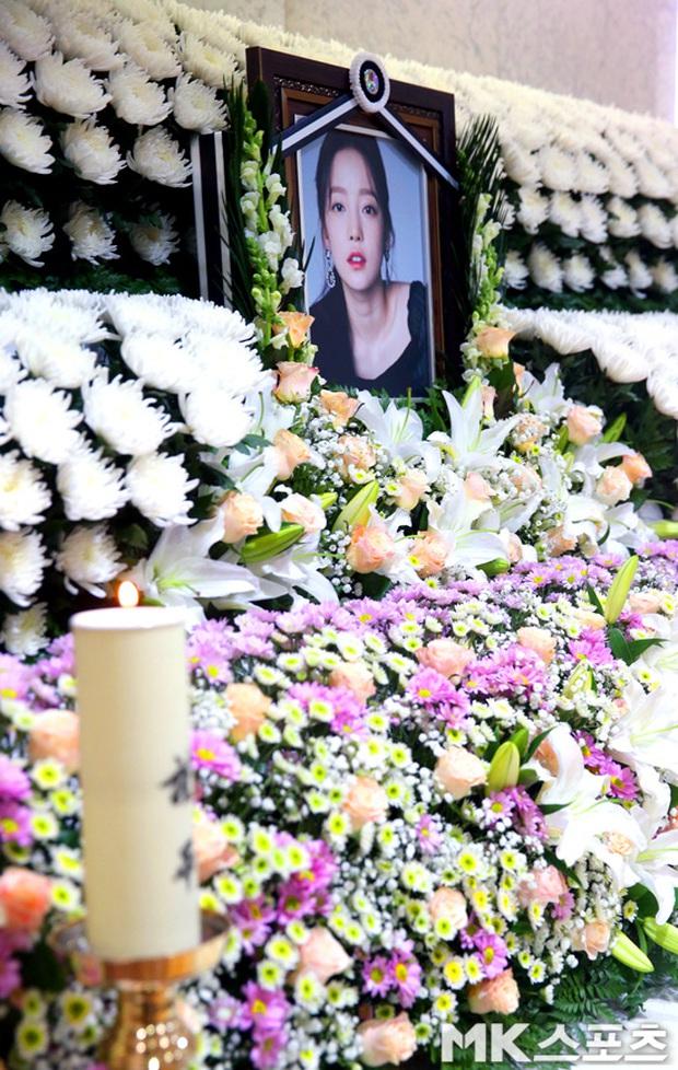 Công bố loạt ảnh tại lễ viếng của Goo Hara chiều nay: Fan khóc nức nở, nhìn di ảnh mà xót xa! - Ảnh 7.
