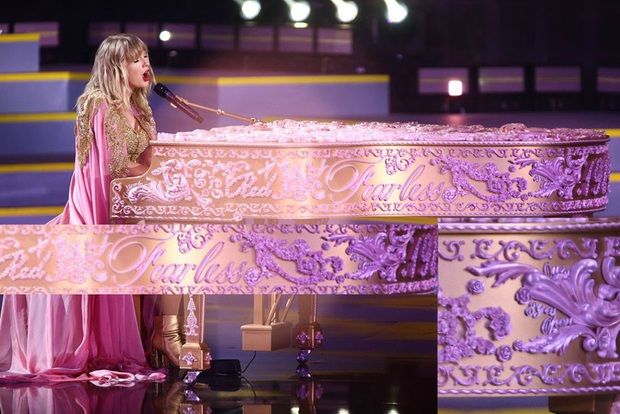 Từ chiếc áo cho đến cây đàn piano khắc chữ tinh xảo, Taylor Swift đều gửi gắm thông điệp kêu gào cho số phận 6 album cũ tại AMAs 2019? - Ảnh 10.