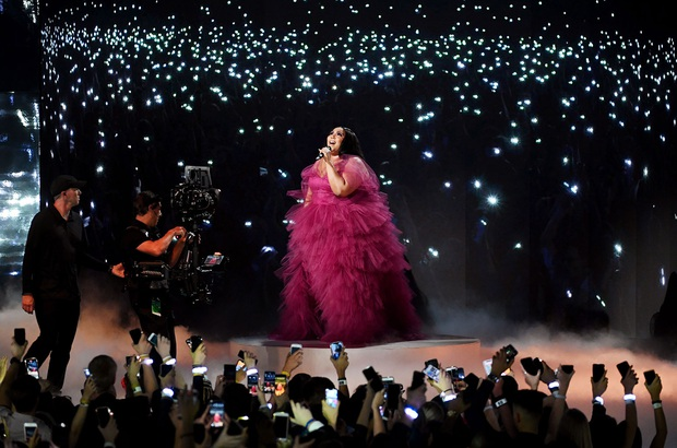 Những sân khấu đáng chú ý của AMAs 2019: Taylor Swift quyền lực, Selena Gomez mờ nhạt, Lizzo lăn ra... khóc trên sân khấu! - Ảnh 6.