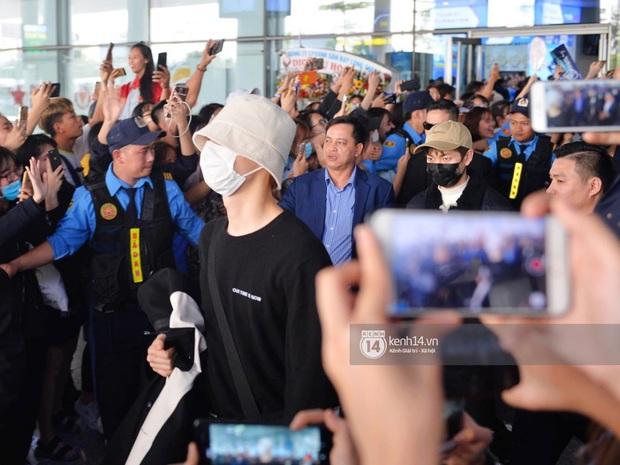 Quân đoàn sao dự AAA đổ bộ Nội Bài sáng nay: Yoona và Jang Dong Gun đẳng cấp, em trai BTS, GOT7 kẹt cứng giữa biển fan - Ảnh 10.
