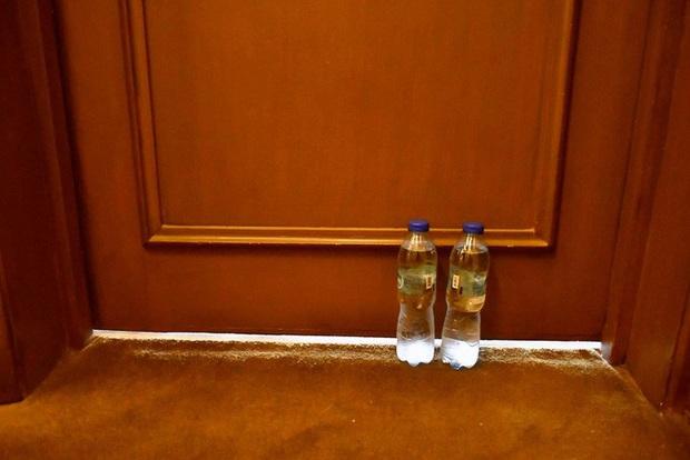Chủ nhà SEA Games chi cả triệu USD làm đài lửa nhưng chỉ cấp cho VĐV 2 chai nước mỗi ngày: U22 Thái Lan phải tự đi mua nước, tự chuẩn bị thêm đồ ăn vì thực đơn ngày nào cũng giống nhau - Ảnh 1.