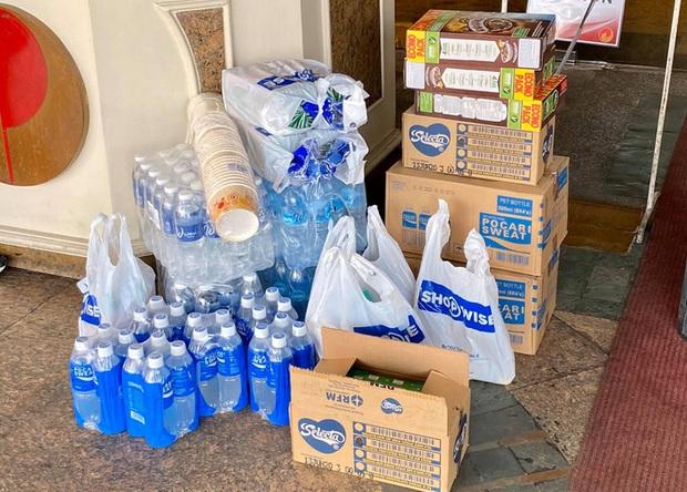 Chủ nhà SEA Games chi cả triệu USD làm đài lửa nhưng chỉ cấp cho VĐV 2 chai nước mỗi ngày: U22 Thái Lan phải tự đi mua nước, tự chuẩn bị thêm đồ ăn vì thực đơn ngày nào cũng giống nhau - Ảnh 2.