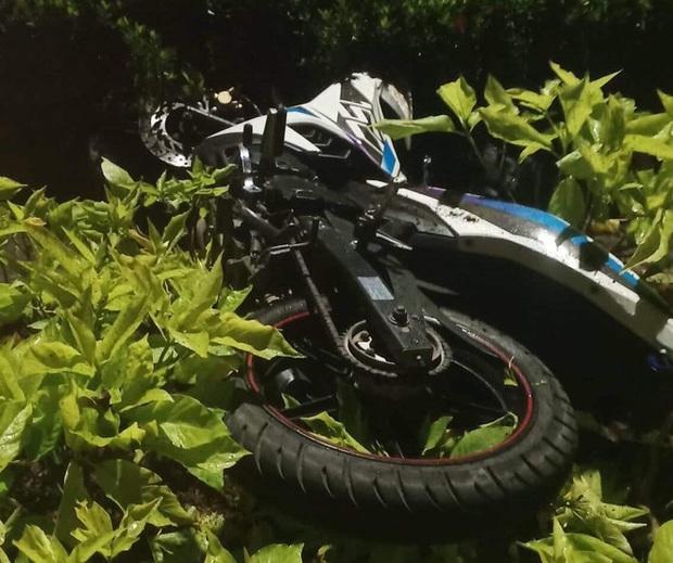 Nam thanh niên nằm chết bên cạnh chiếc xe máy trong bồn hoa ở vòng xoay - Ảnh 1.
