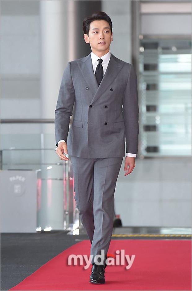 Lễ trao giải Văn hóa Hàn Quốc: Ông bố hai con Bi Rain tái xuất cực phong độ, hầu hết các sao đều chọn trang phục tối màu sau sự ra đi của Goo Hara - Ảnh 1.
