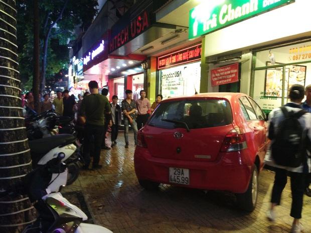 Nữ tài xế mất lái, lao thẳng ô tô vào quán trà chanh ở trung tâm Hà Nội - Ảnh 1.